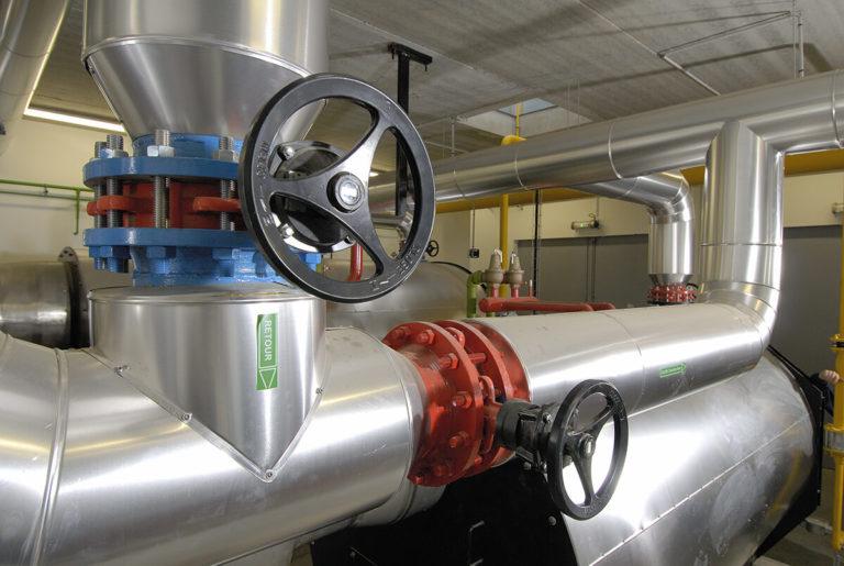 tuyauterie d'eau chaude avec vannes