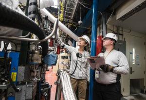 homme et femme contrôlent les équipements dans une usine